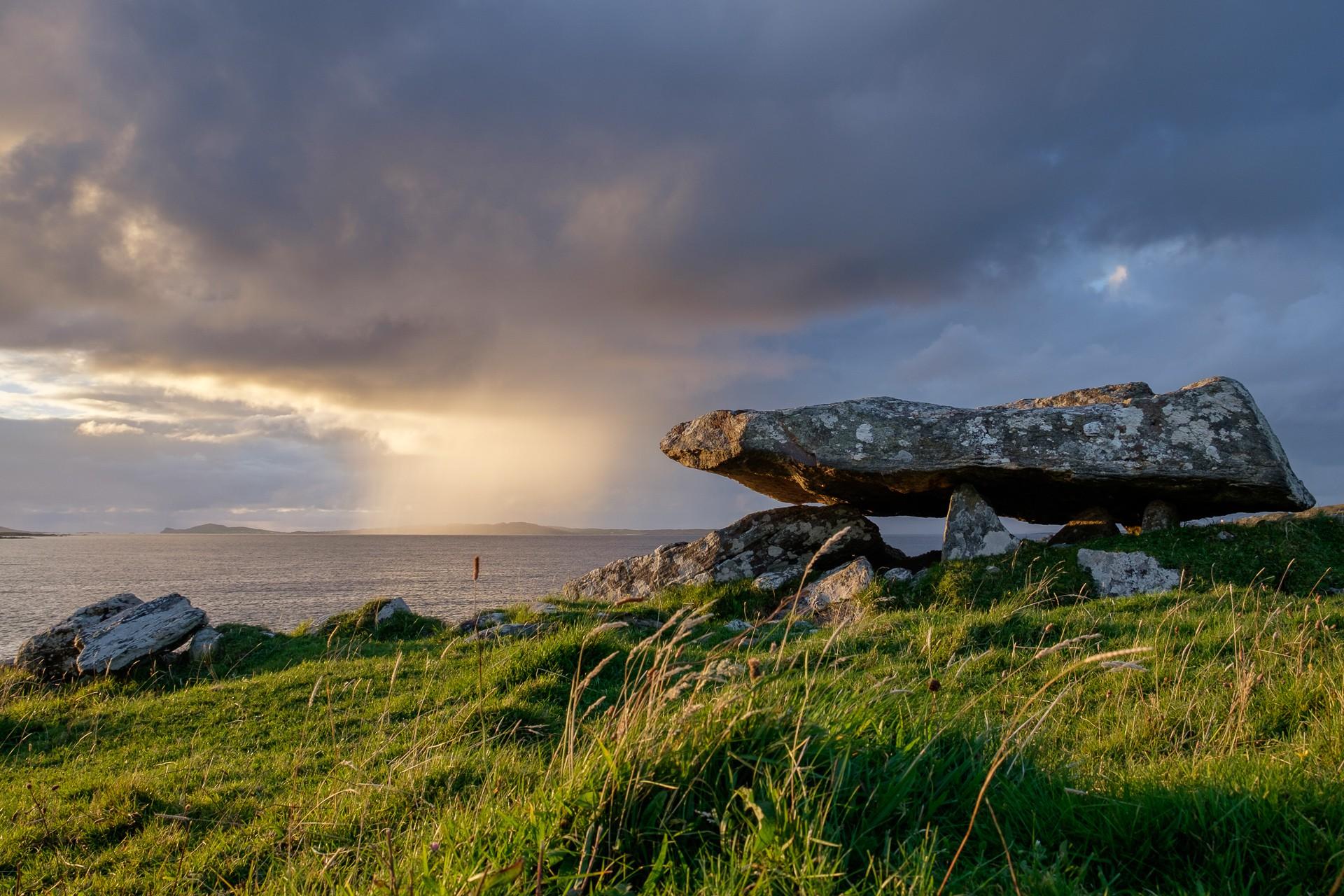 Knockbrack Megalithic Tomb, Ireland | © Ronan Delaney/WikiCommons