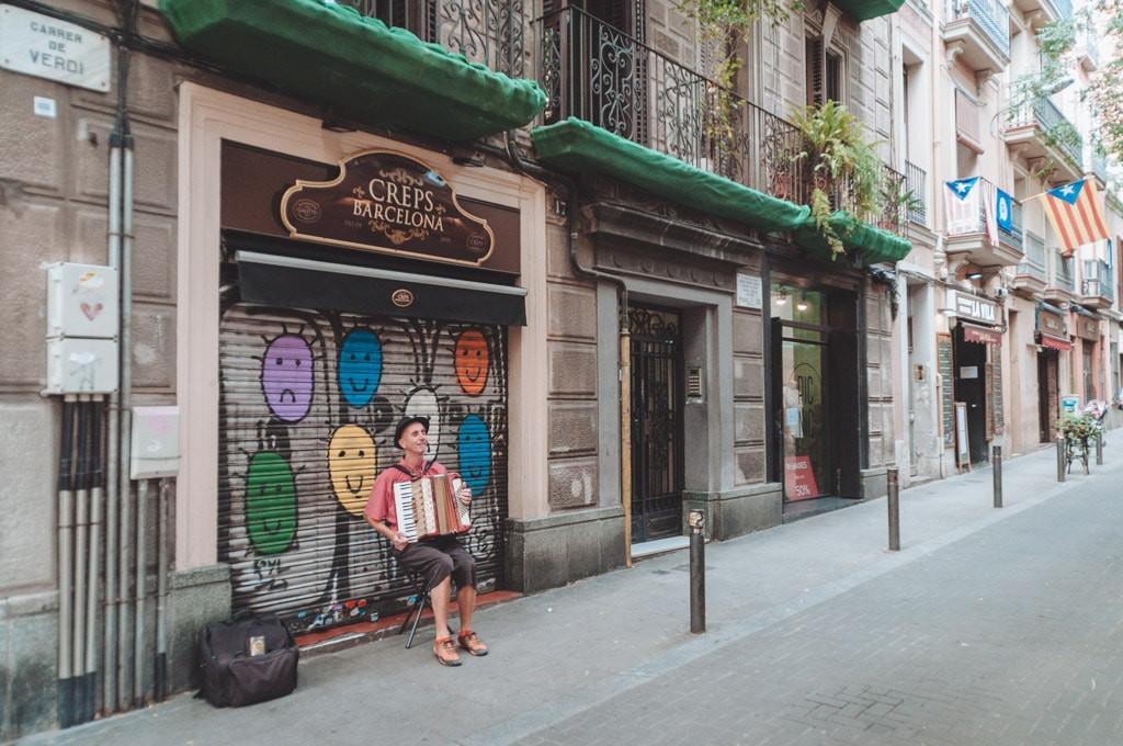 A Busker in Gracia | Michael & Tara Castillo / © Culture Trip