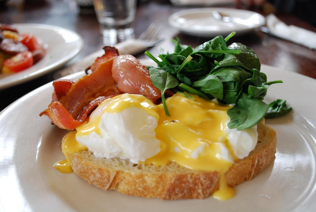 Eggs Benedict with bacon and spinach © Alpha/Flickr