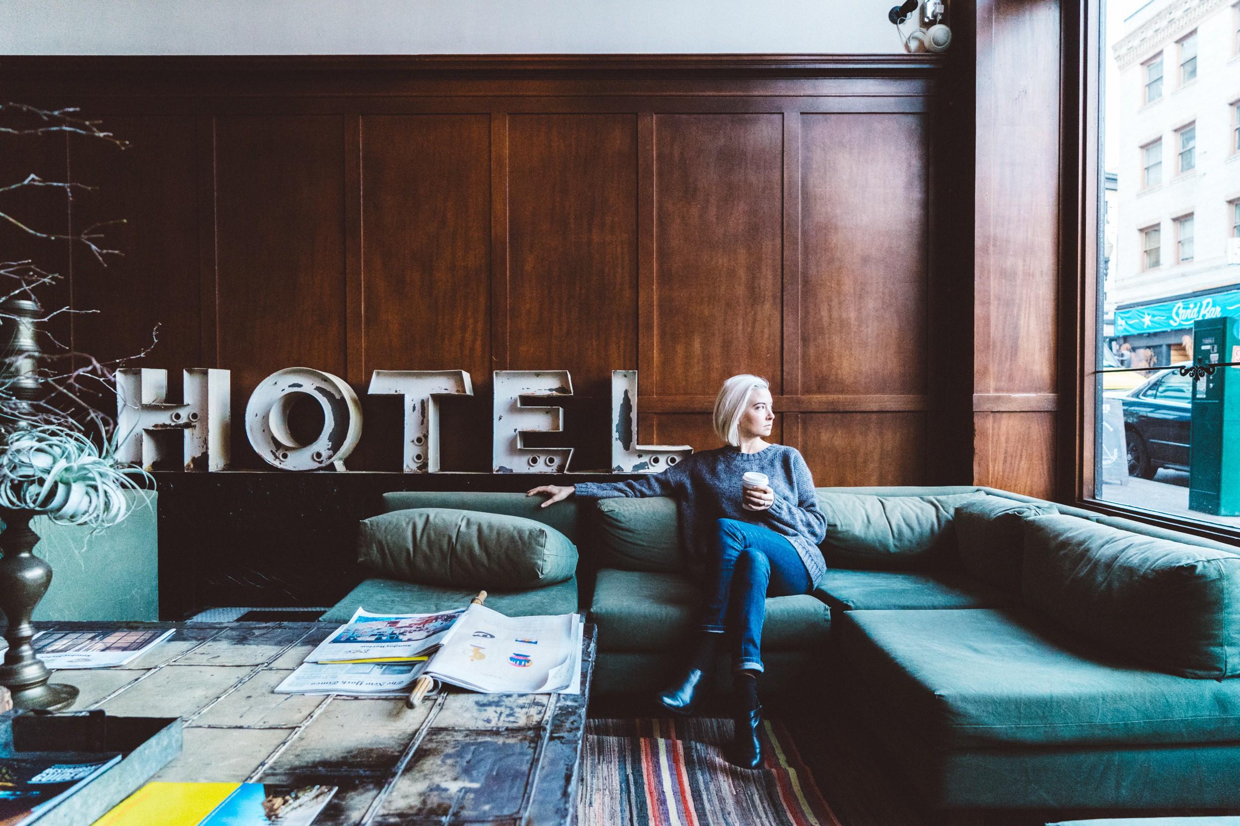Woman sitting in hotel lobby | © Joshua Ness / StockSnap