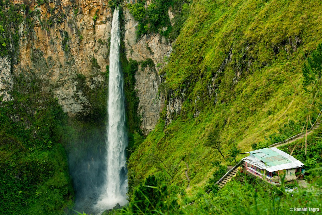 Sipiso Piso Waterfall in Indonesia | © Ronald Tagra / Flickr