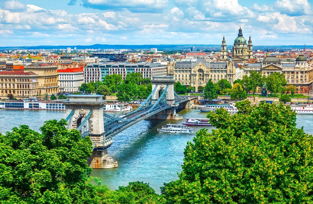 Chain bridge on Danube river in Budapest, Hungary | © Yasonya / Shutterstock