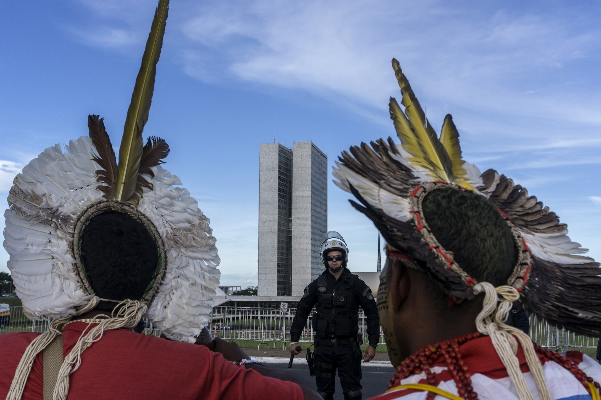 Indigenous activists confronted by police outside Brazil's Congress | © Rogério Assis/Mobilização Nacional Indígena/Flickr