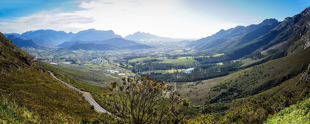 The Franshhoek Valley is famous for its five-star dining opportunities and many wine farms   © SkyPixels / WikiMedia