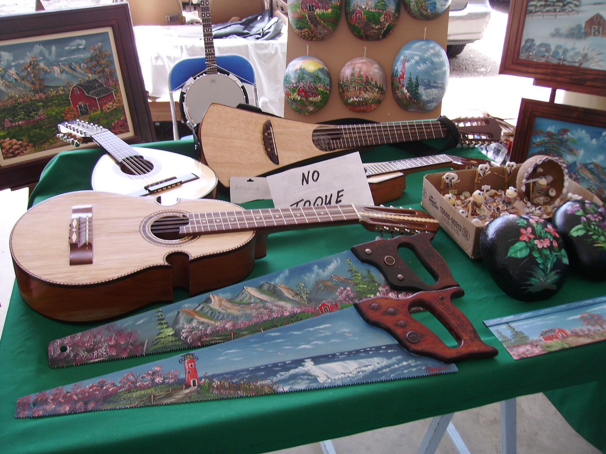 Instruments and artwork at San Sebastian's Plaza del Mercado   © William Rivera/ Flickr
