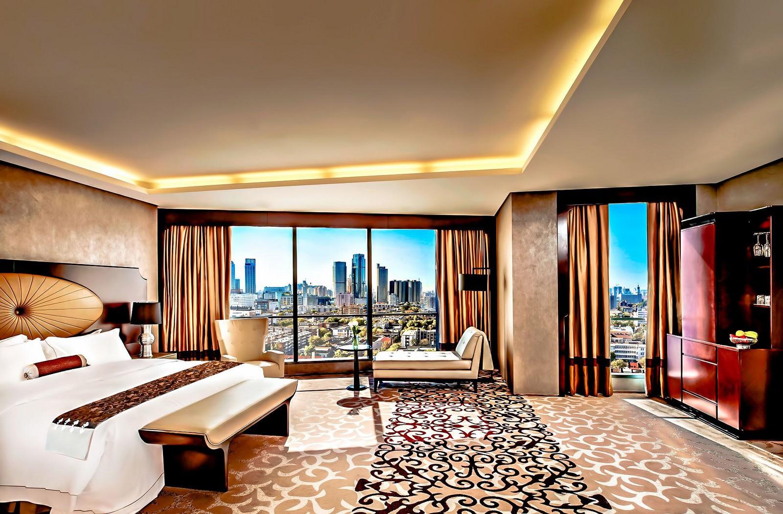 """<a href""""https://www.flickr.com/photos/eddy1/35122003496""""> The St Regis Luxury Hotel © Eddy 1/Flickr</a>"""