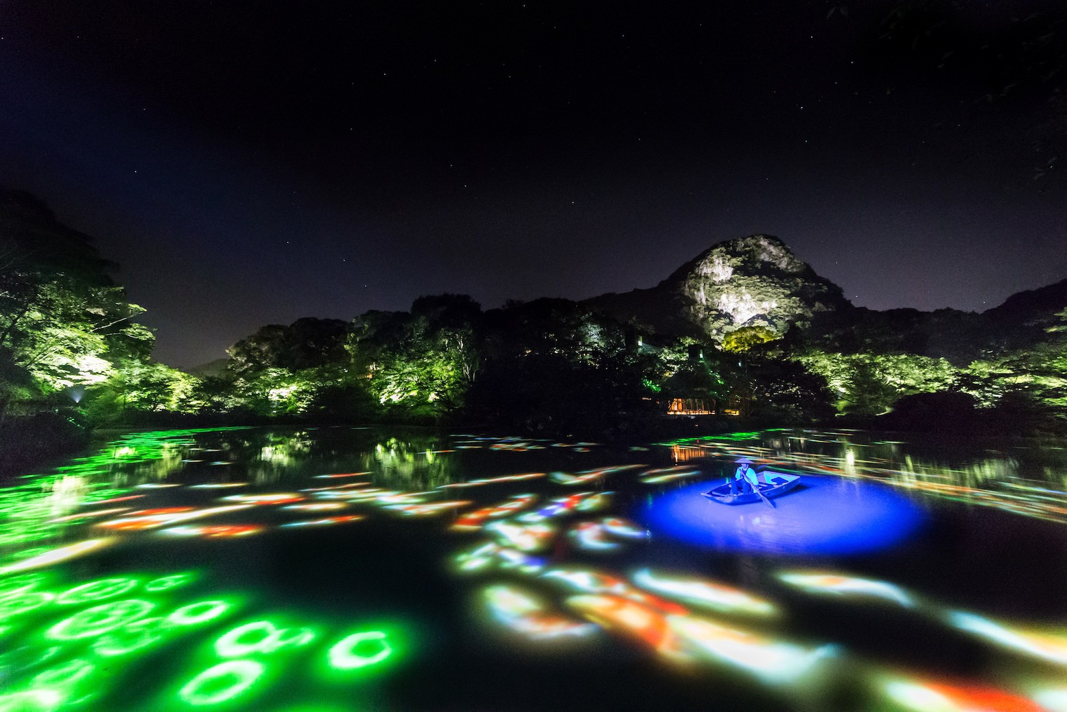 Drawing on the Water Surface with Lotus Flowers, Created by the Dance of Koi and Small Boats on Mifuneyama Rakuen Pond | © teamLab