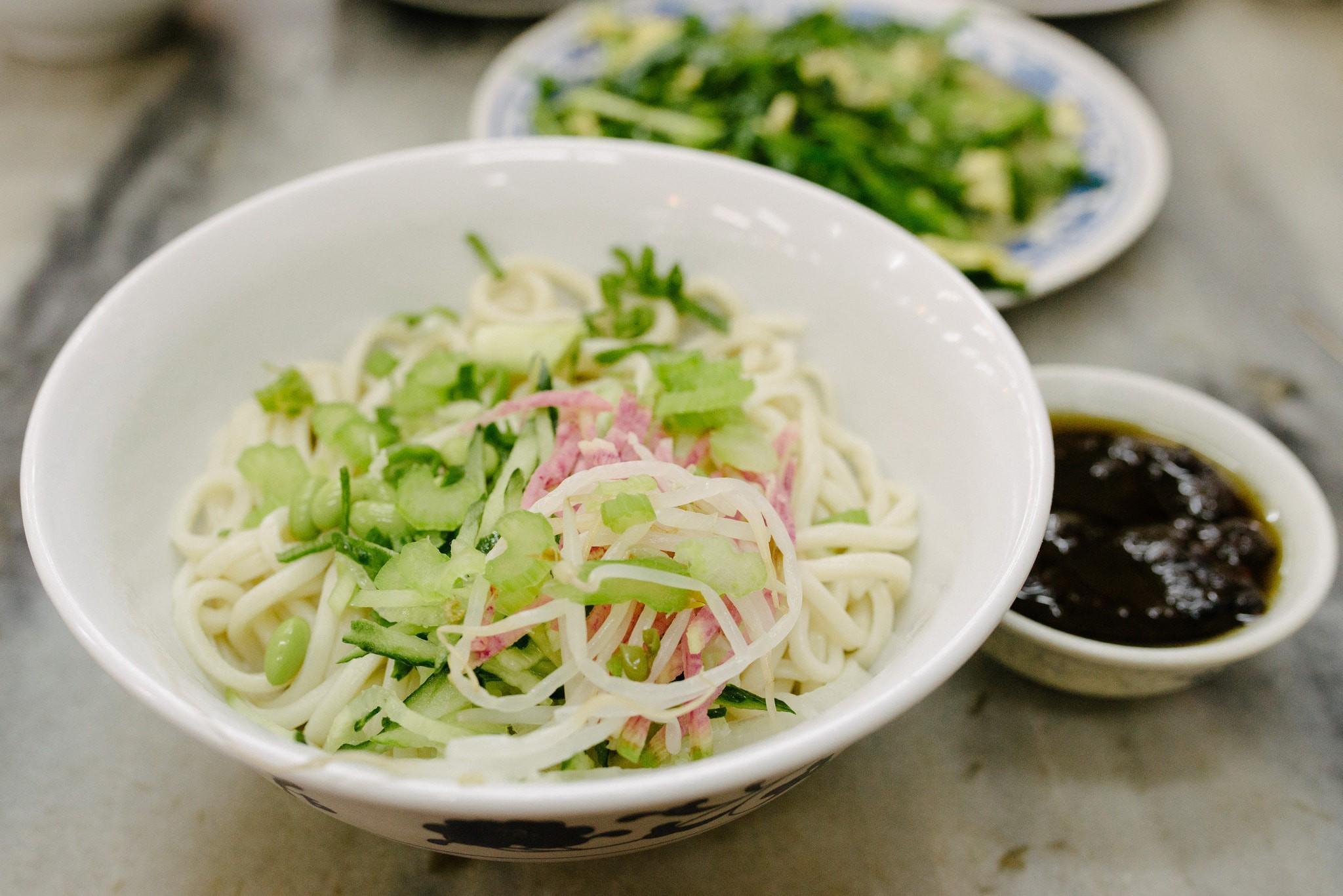 Zhajiangmian (Beijing Fried Sauce Noodles) | ©Tagosaku / Flickr