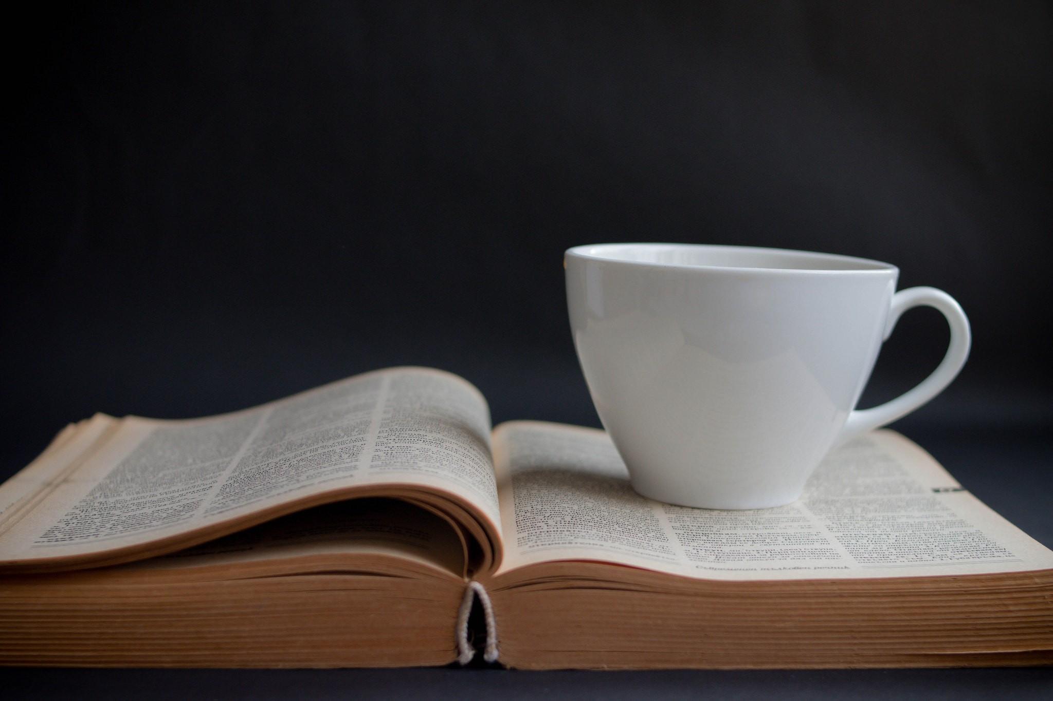 Kaffeepause mit einem guten Buch | © Marco Verch/Flickr