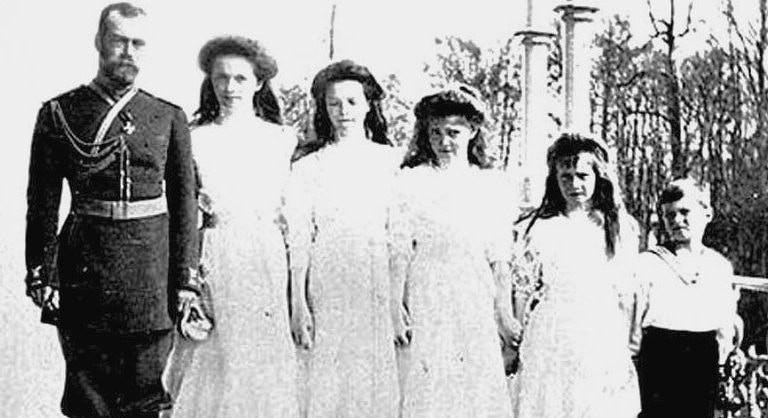 Nicholas II and his children | © WikiCommons