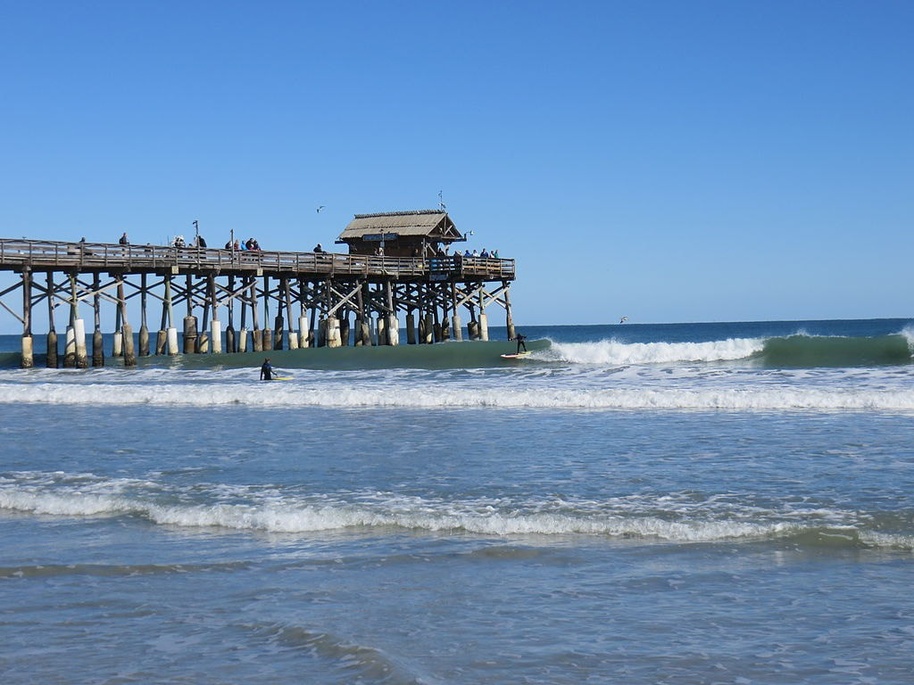 Surfing at the Cocoa Beach Pier | © Leonard J. DeFrancisci / WikiCommons