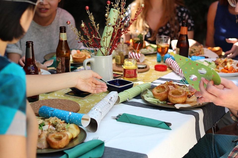 Friends Enjoying a Meal Family-Style | © vivienviv0 / Pixabay