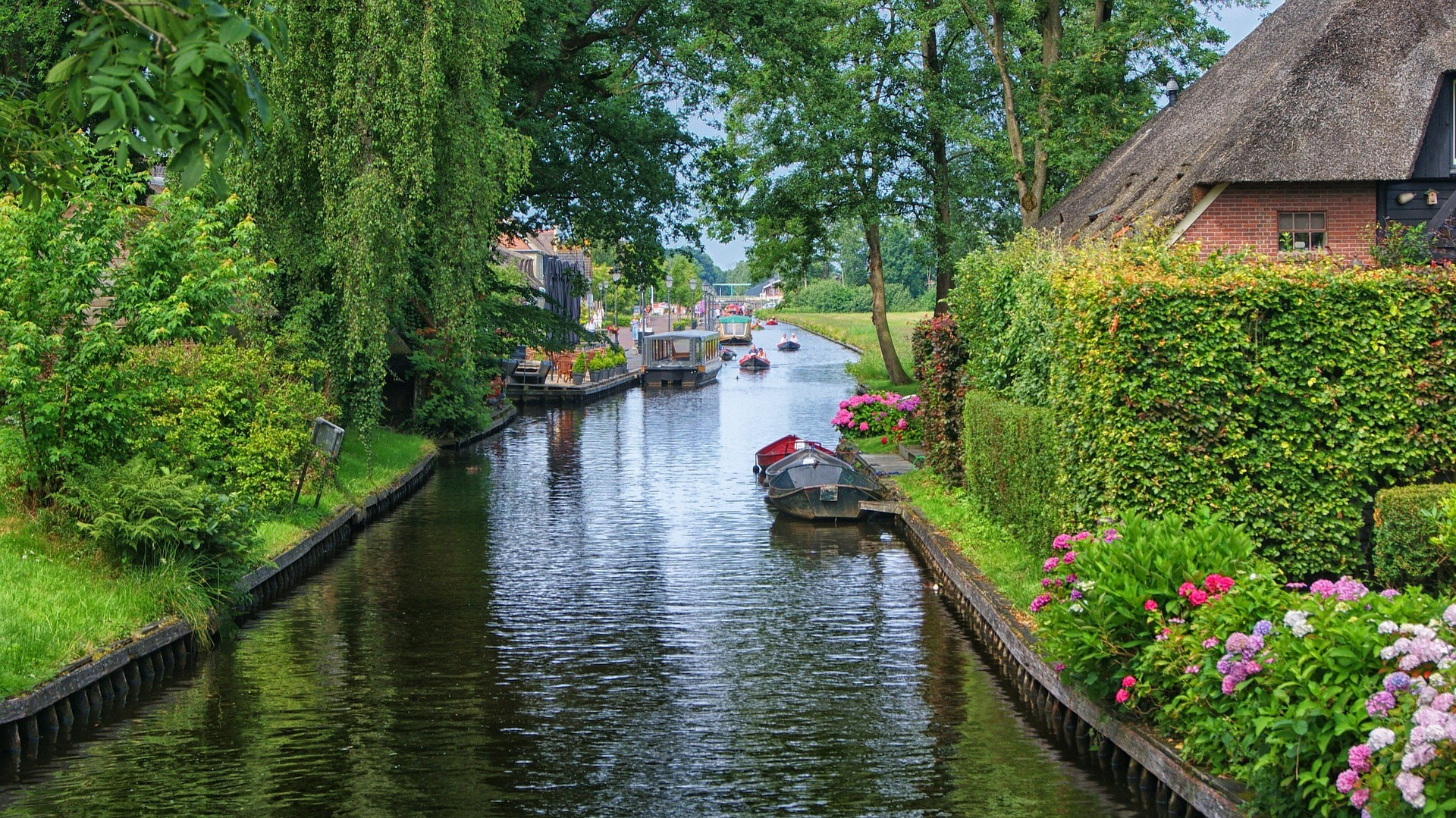 One of Giethoorn's picturesque canals   © pixabay