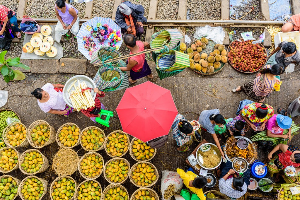 Market sellers and goers line the railway at Da Nyin Gone Market near Yangon, Myanmar  | © Nguyen Quoc Ai / Shutterstock